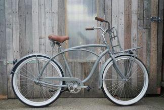 grijze beach cruiser fiets samenstellen